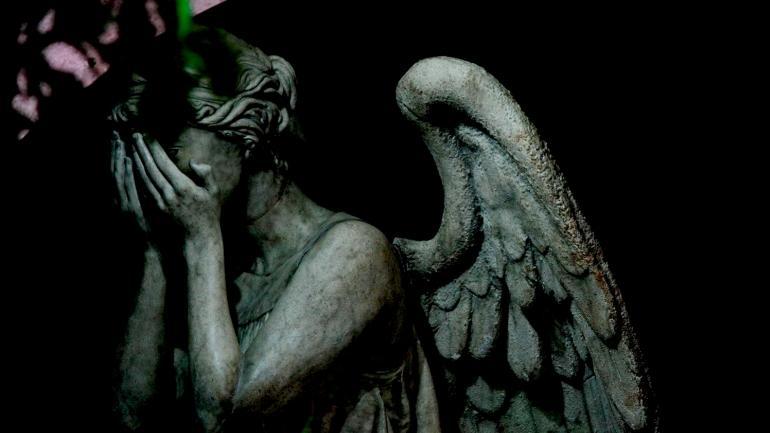 """Płaczący Anioł. Kadr z odcinka""""Blink""""."""