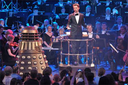 "Ben Foster i BBC National Orchestra of Wales podczas koncertu ""Doktora Who"" na BBC Proms w 2013 roku."