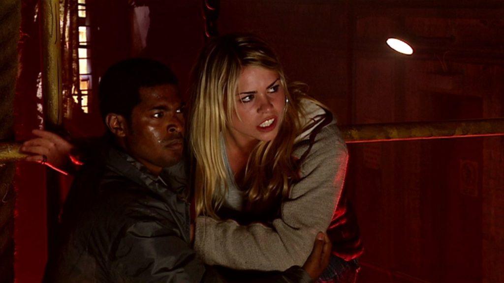 Mickey Smith (Noel Clarke) i Rose Tyler (Billie Piper).