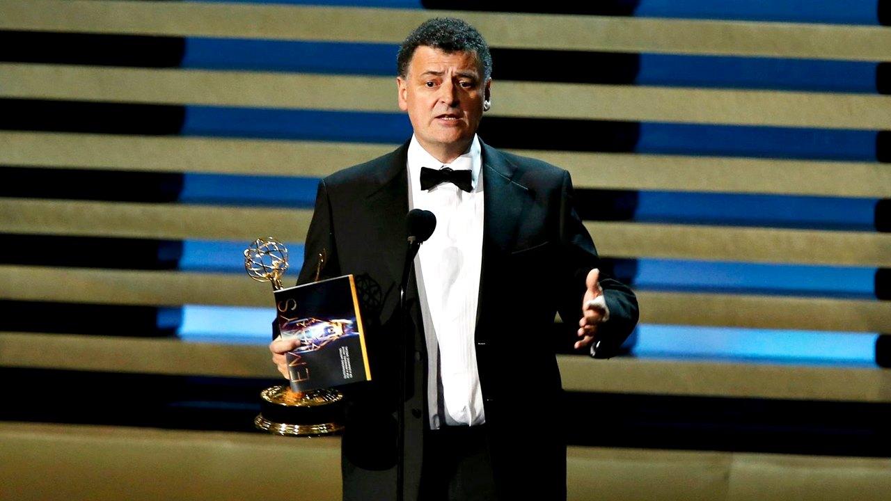 """Steven Moffat - wieloletni showrunner, producent wykonawczy i autor scenariuszy w """"Doctor Who"""" - podczas rozdania nagród Emmy."""
