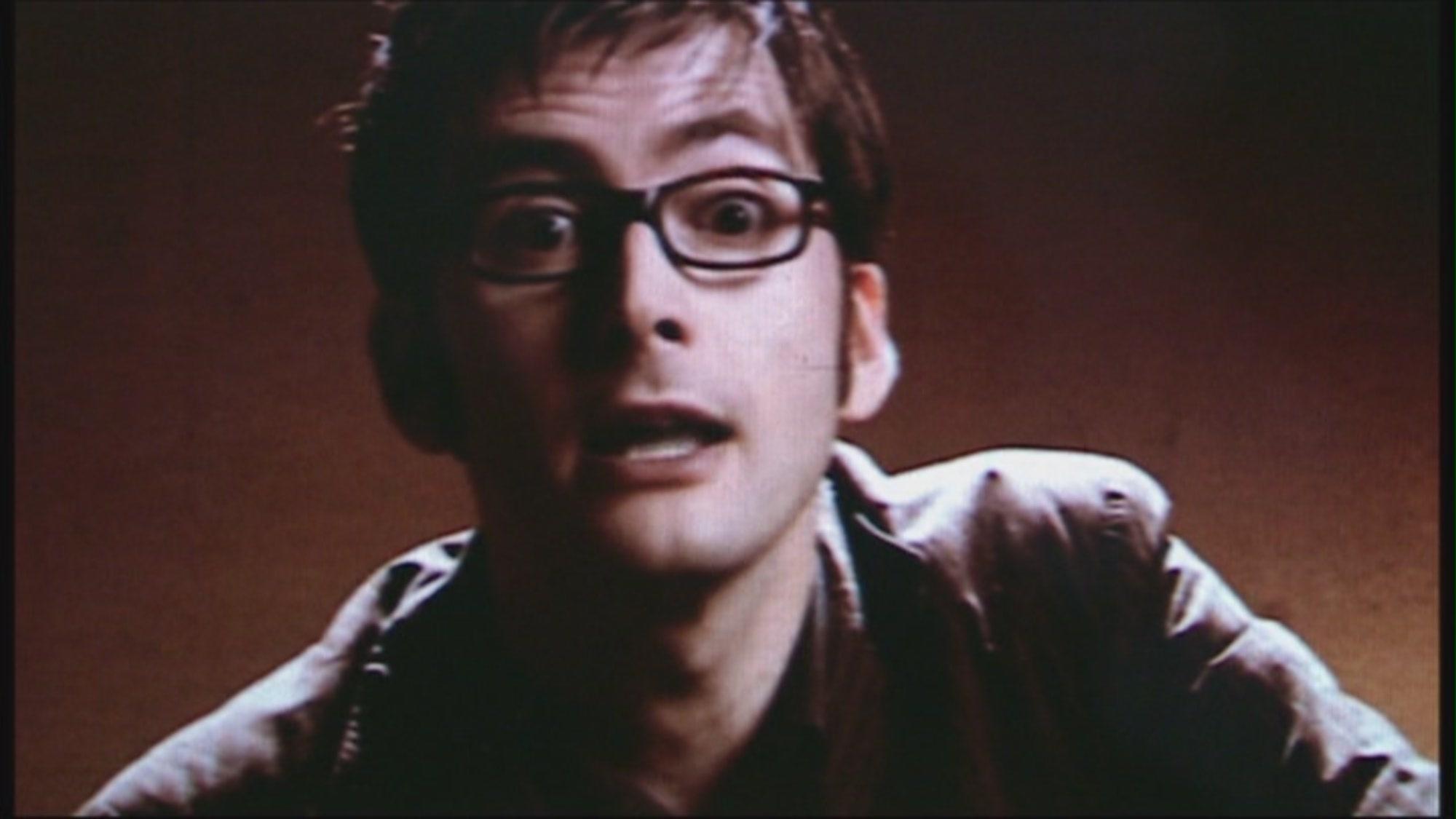 """Kadr z odcinka """"Mrugnięcie"""": pętle umożliwiają Dziesiątemu Doktorowi """"odpowiadać"""" Sally."""