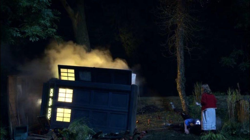 """5 seria """"Doctor Who"""": przewrócona TARDIS i mała Amy Pond."""
