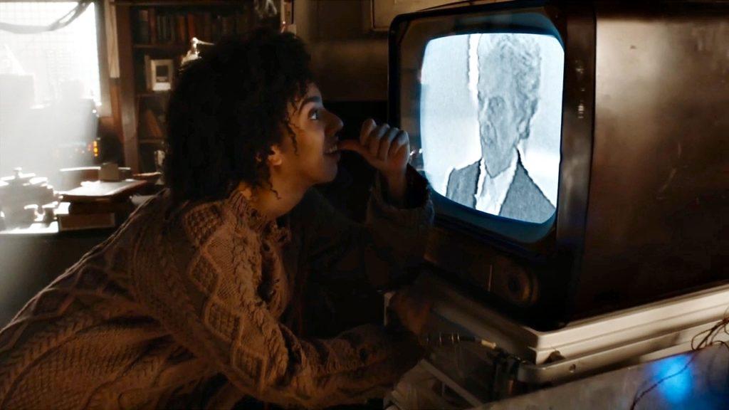 Bill widzi Doktora na ekranie czarno-białego telewizora