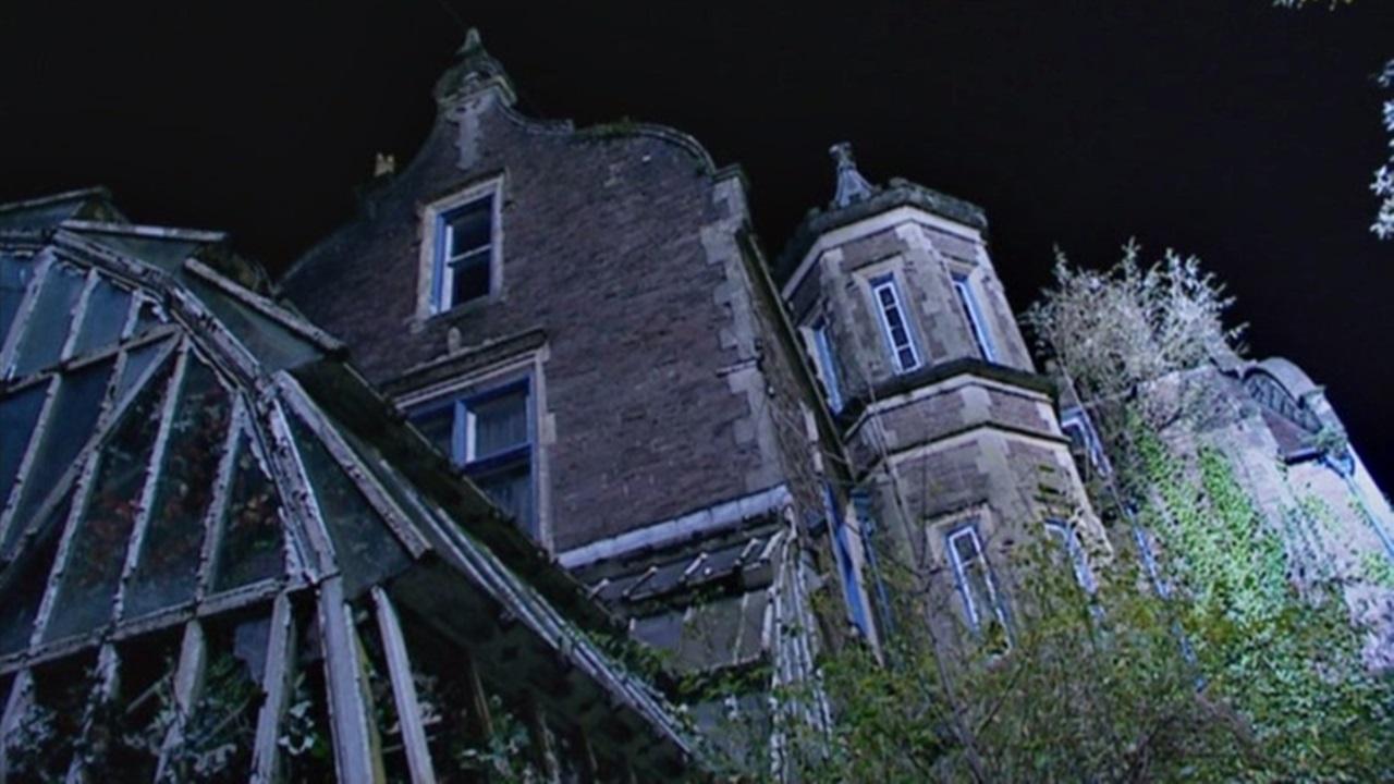 """Kadr z odcinka """"Mrugnięcie"""": dom, który zdaje się łączyć wszystkie pętle w tej historii."""
