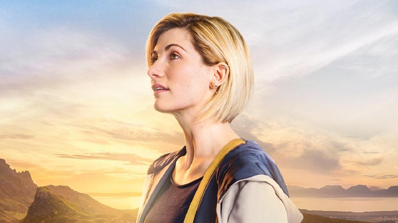 Grafika przedstawia Jodie Whittaker w stroju Trzynastej Doktor, obróconą lewym profilem w stronę ekranu.