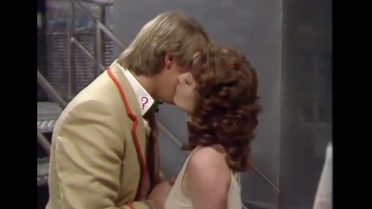 Nyssa całuje Doktora w policzek