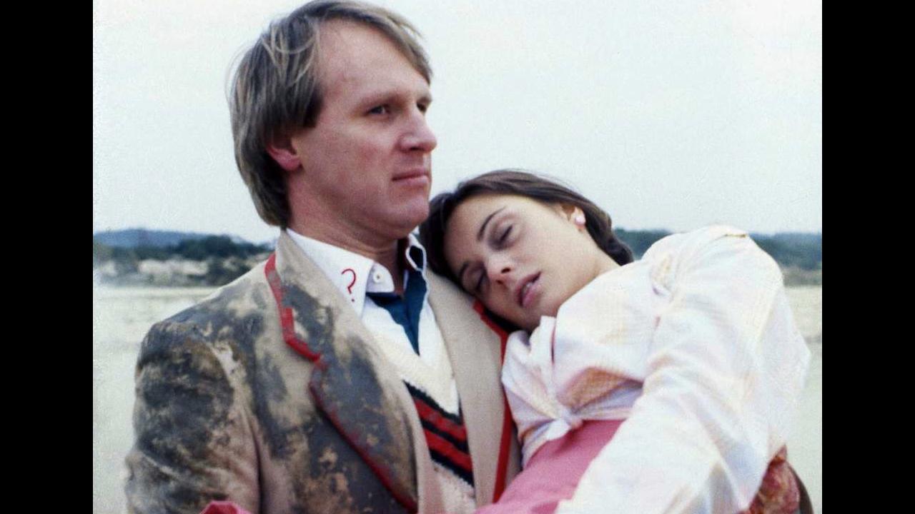 Piąty Doktor niesie nieprzytomną Peri