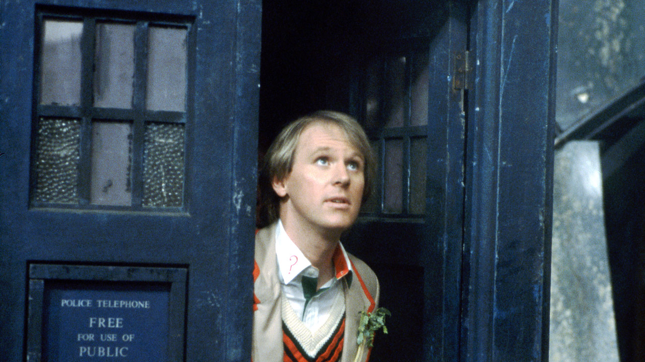 Piąty Doktor wychodzi z TARDIS