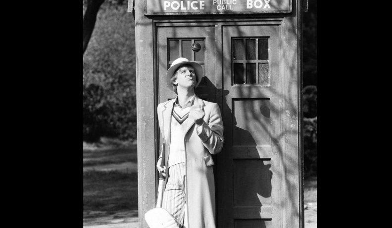 Piąty Doktor przed TARDIS, podrzucający piłkę do krykieta