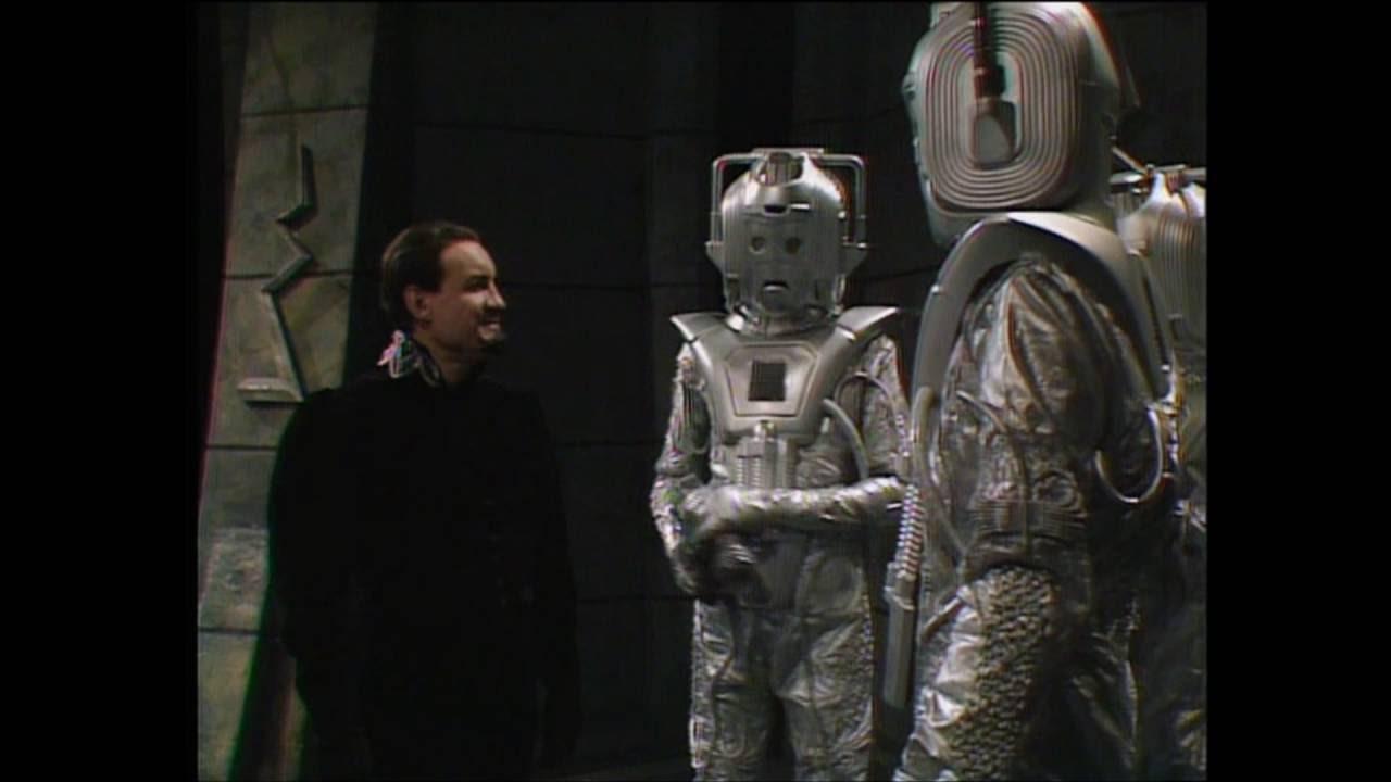 Mistrz (Ainley) w otoczeniu Cybermenów