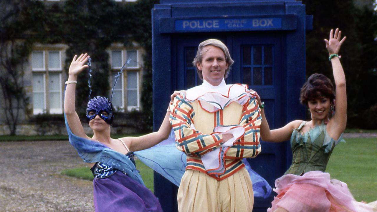Piąty Doktor wraz z Nyssą i Tegan przed TARDIS