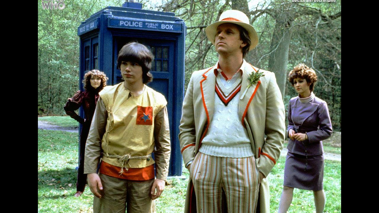 Od lewej: Nyssa, Adric, Piąty Doktor, Tegan na tle TARDIS