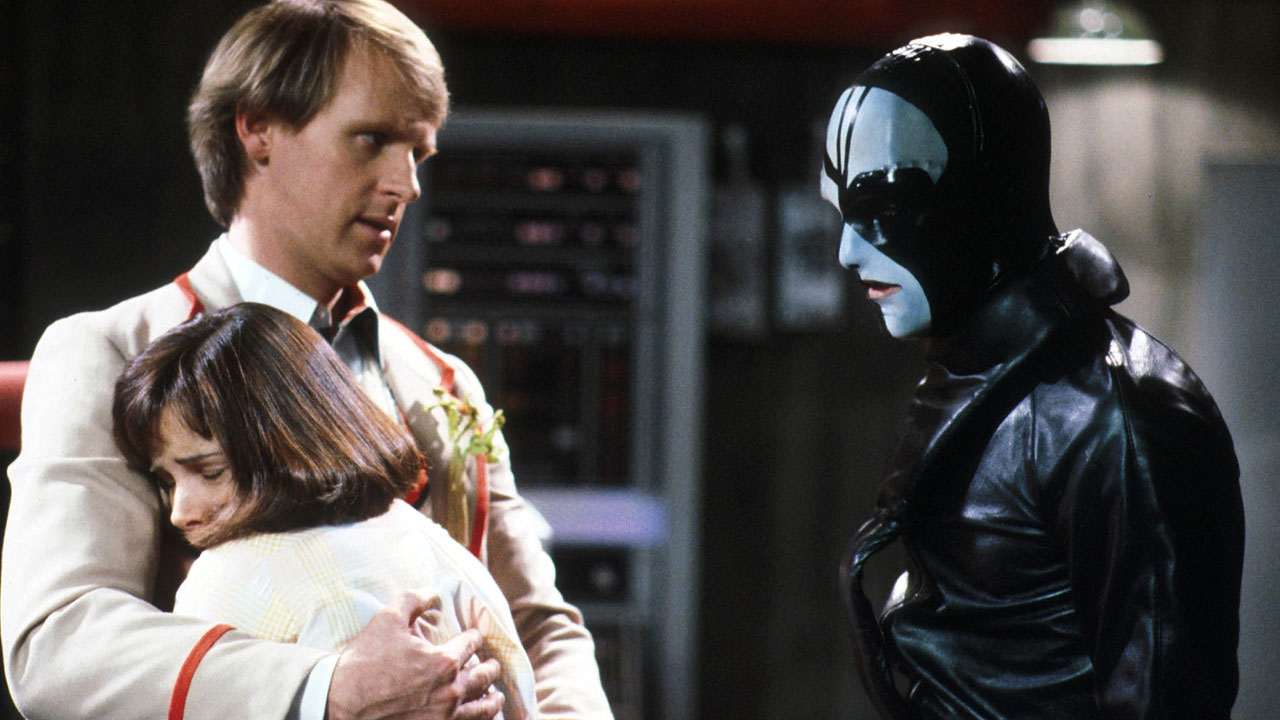 Piąty Doktor broni Peri przed Sharaz Jekiem