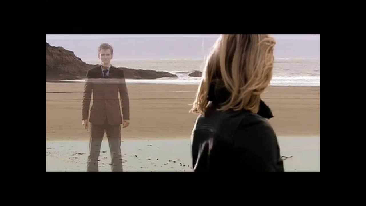 Kadr z serialu: Doktor (David Tennant) i Rose (Billie Piper) na plaży w zatoce Złego Wilka