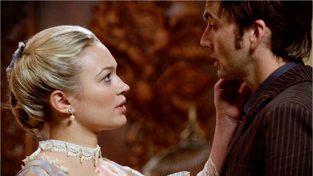 """Dziesiąty Doktor i Madame de Pompadour w odcinku """"Dziewczyna z kominka""""."""