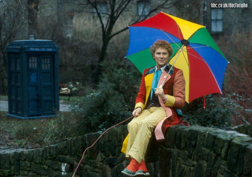 Szósty Doktor z parasolką na tle TARDIS