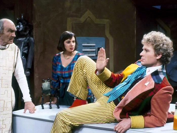 Szósty Doktor zastygł w pozie idealnej do myślenia