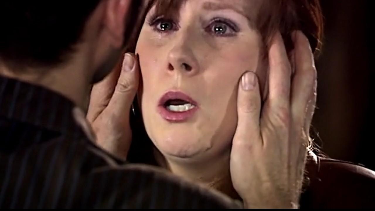 Dziesiąty Doktor wymazuje pamięć Donny.