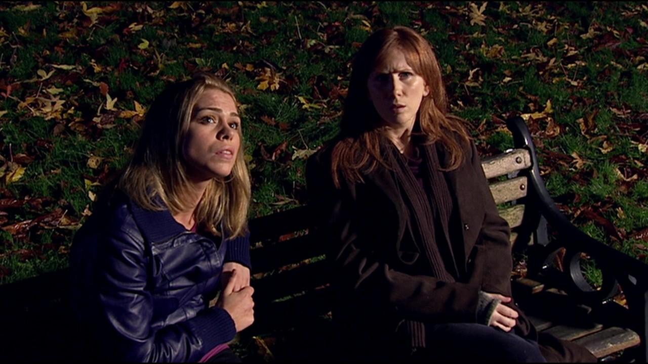 """Donna i Rose w odcinku """"Skręć w lewo"""", w którym zmiana niepozornych wydarzeń wywołała tzw. efekt motyla."""