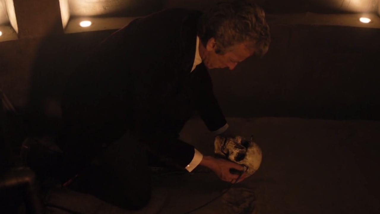 Doktor trzyma w dłoniach czaszkę