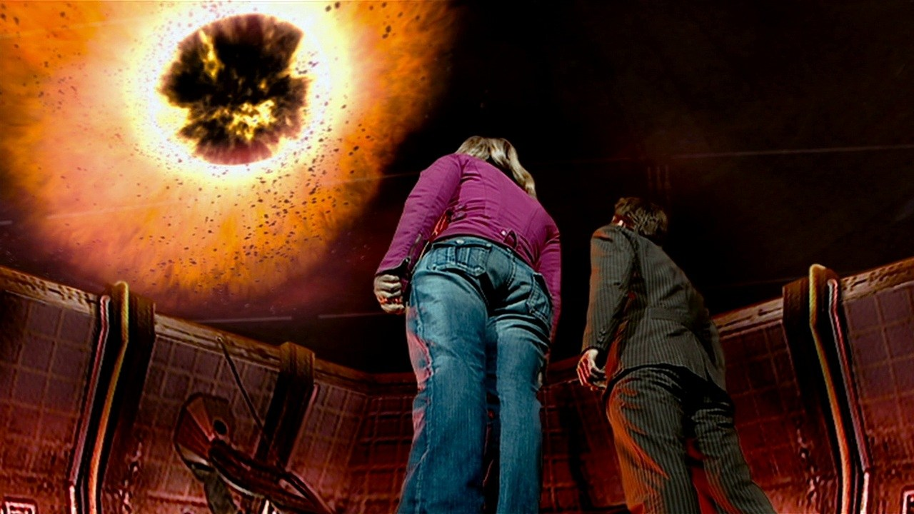 Dziesiąty Doktor i Rose patrzą w stronę czarnej dziury