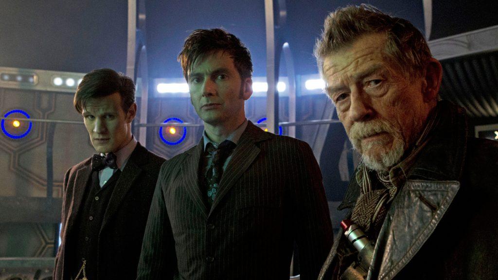 Kadr z odcinka Day of the Doctor przedstawiający Dziesiątego, Jedenastego i War Doctora.
