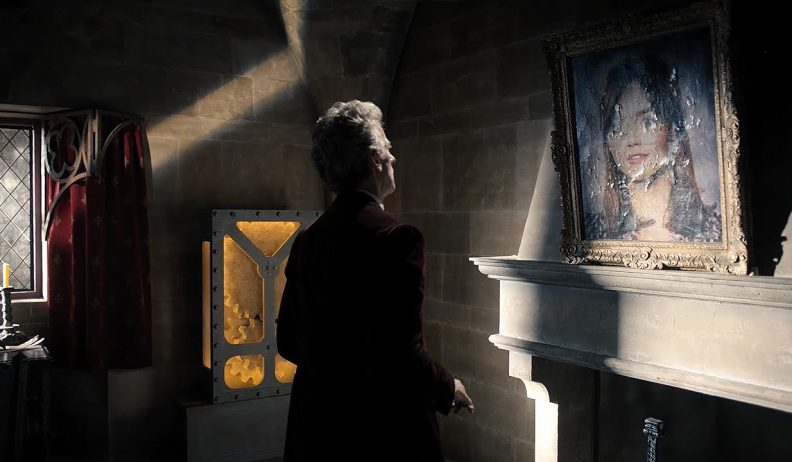 Dwunasty Doktor stoi przed portretem Clary
