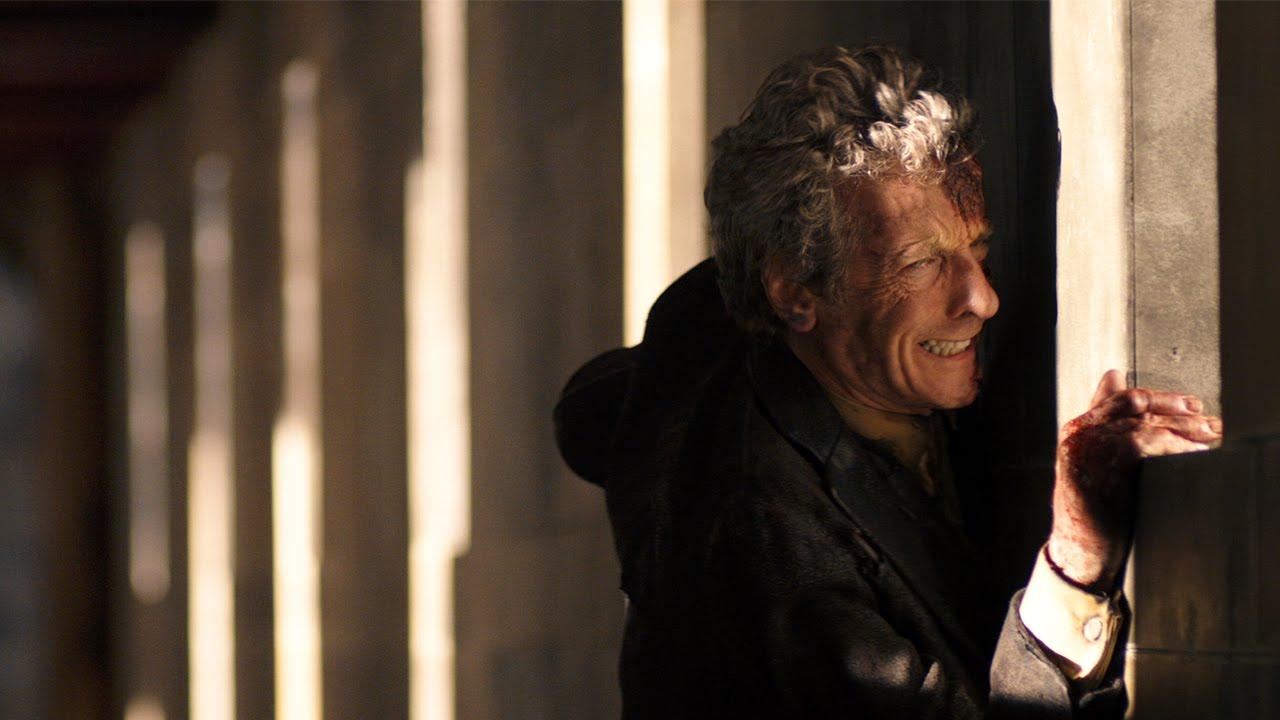 Dwunasty Doktor śmiertelnie ranny, zmierza do komory teleportacyjnej
