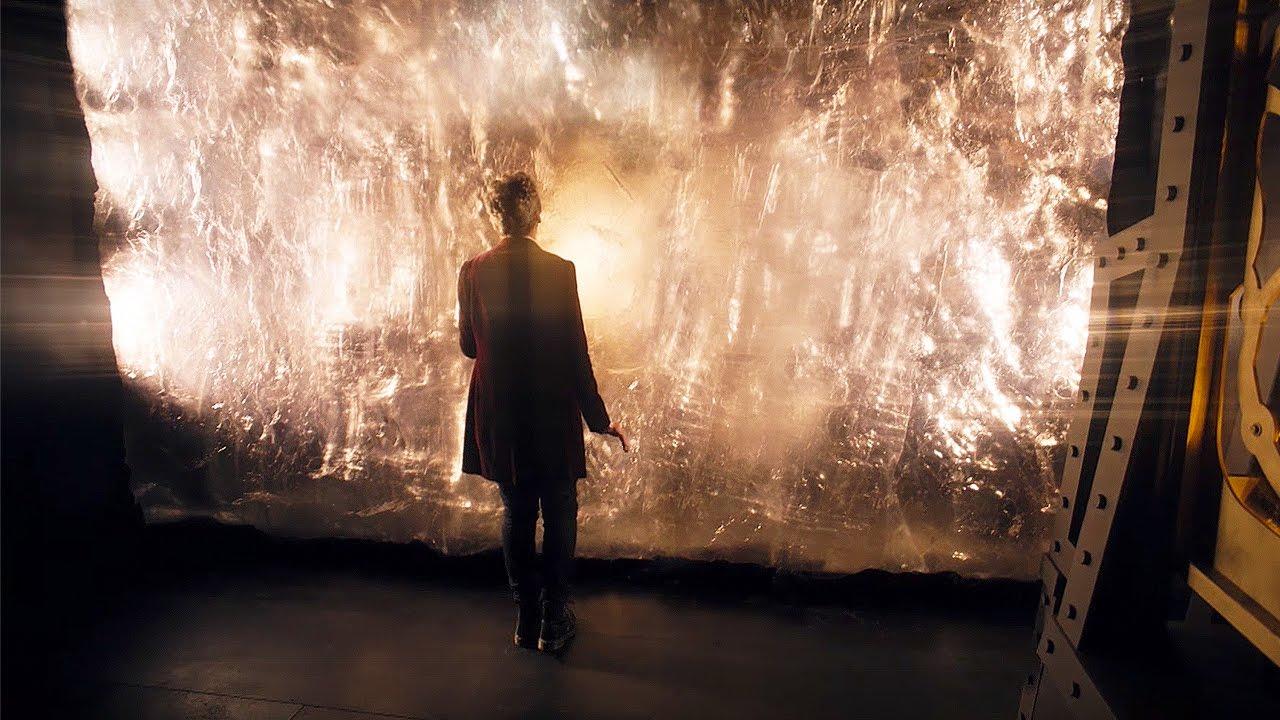 Dwunasty Doktor stoi naprzeciwko diamentowej ściany