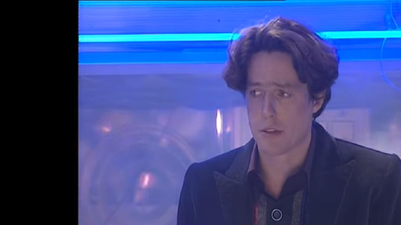 """Hugh Grant jako Przystojny Doktor w powstałej podczas Wilderness Years produkcji """"The Curse of Fatal Death""""."""