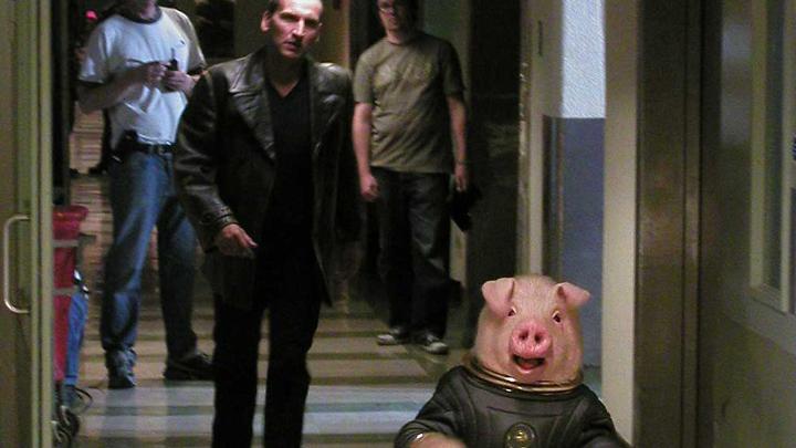 """Kadr z odcinka """"Aliens of London"""": świnia w stroju astronauty"""