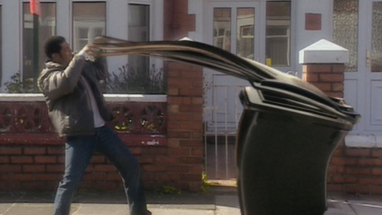 Kadr z odcinka Rose - Mickey Smith atakowany przez śmietnik