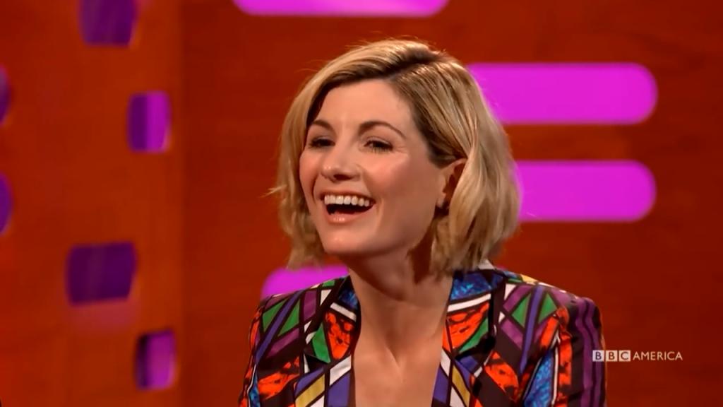 """Jodie Whittaker podczas """"Graham Norton Show"""". Współuczestnicy talk-show byli zachwyceni wyborem kobiety do roli Trzynastej Doktor."""