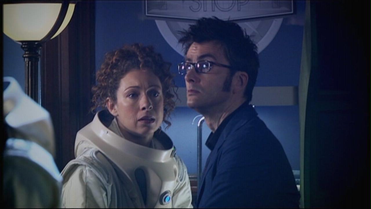 """Dziesiąty Doktor (David Tennant) i River Song (Alex Kingston). Kadr z odcinka """"Cisza w bibliotece""""."""