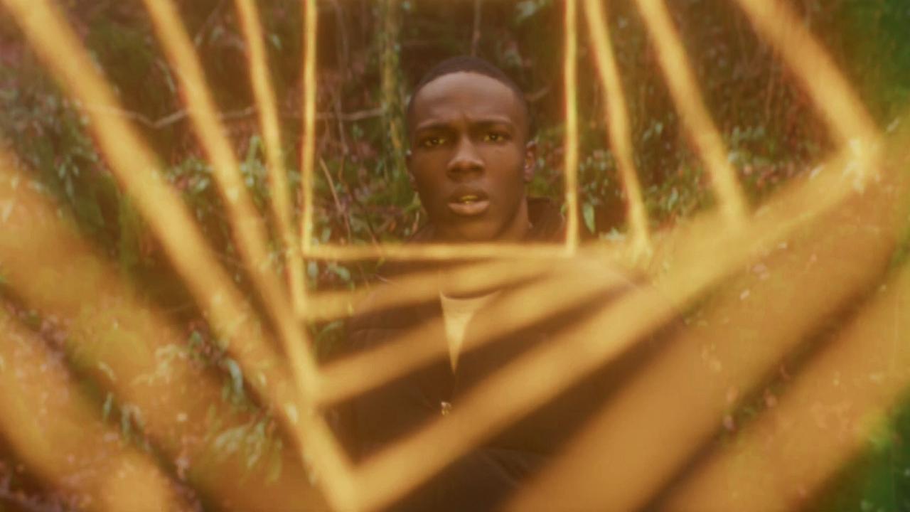 """Tosin Cole jako Ryan Sinclair w odcinku """"Kobieta, która spadła na Ziemię""""."""