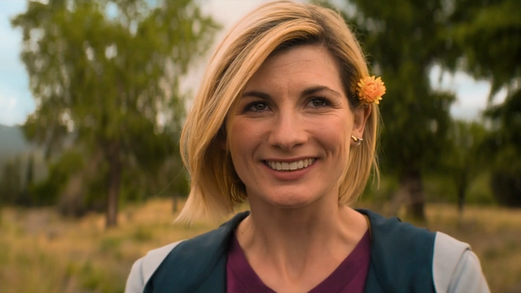 """Jodie Whittaker jako Trzynasta Doktor. Kadr z odcinka """"Demony Pendżabu""""."""