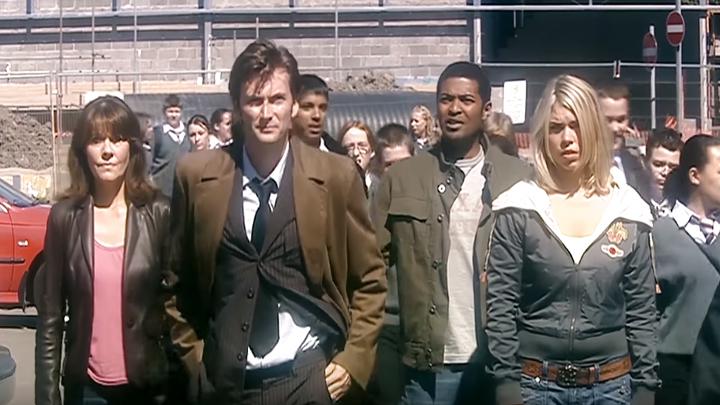 Od lewej: Sarah Jane Smith, Dziesiąty Doktor, Mickey Smith, Rose Tyler