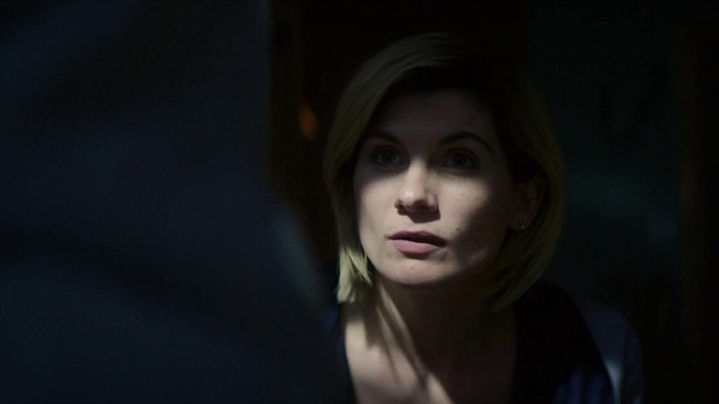 """Jodie Whittaker jako Trzynasta Doktor. Kadr z odcinka """"It Takes You Away""""."""