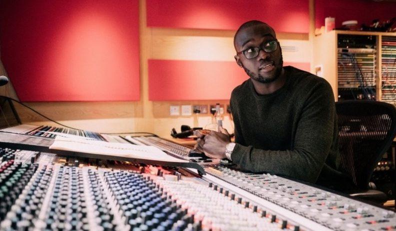 Segun Akinola, kompozytor muzyki, przy panelu w studio nagraniowym