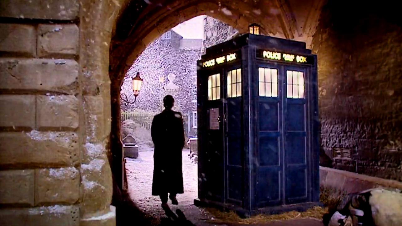 """Dziesiąty Doktor obok TARDIS. Kadr z odcinka """"The Next Doctor""""."""
