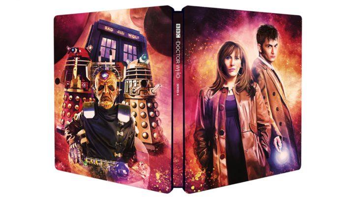 """Na obrazie znajduje się metalowe pudełko (tzw. steelbook) na płyty Blu-ray. Stronia frontowa przedstawia Dziesiątego Doktora oraz jedną z jego towarzyszek - Donnę. Z tyłu widnieją zaś Davros, dwa Daleki oraz TARDIS z napisem """"BAD WOLF"""" zamiast standardowego """"POLICE PUBLIC CALL BOX""""."""