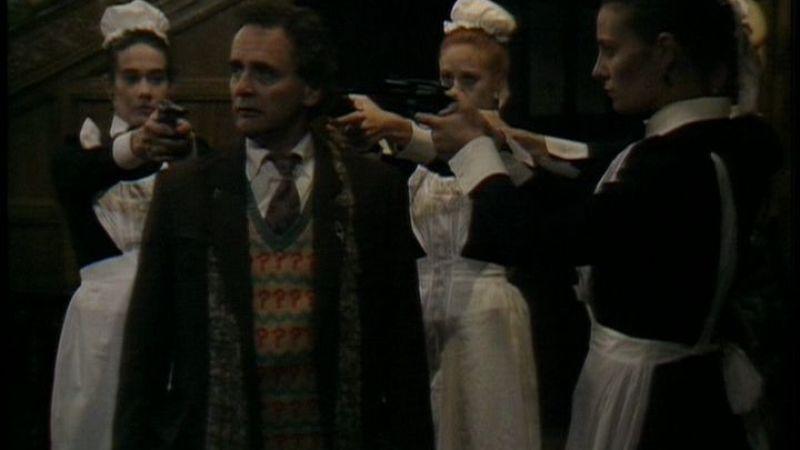 """Siódmy Doktor i """"nakręcane"""" pokojówki. Kadr z odcinka """"Ghost Light"""""""