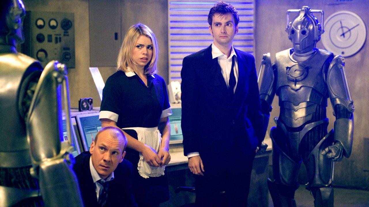 """Kadr z odcinka """"Rise of the Cybermen"""": Rose Tyler, Pete Tyler, Dziesiąty Doktor i Cybermeni."""