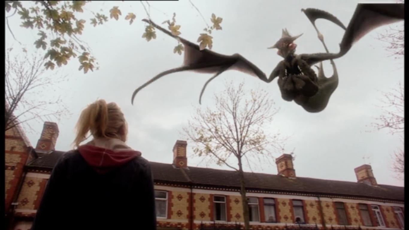 """Rose Tyler (Billie Piper) i gargulec walczący przeciw zmianie rzeczywistości w odcinku """"Father's Day""""."""