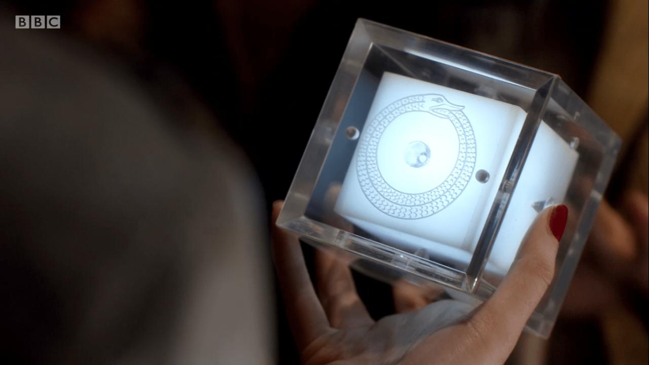 """Kadr z odcinka """"Żona Doktora"""". Jedenasty Doktor otrzymuje wiadomość od Dziewiątego Korsarza."""