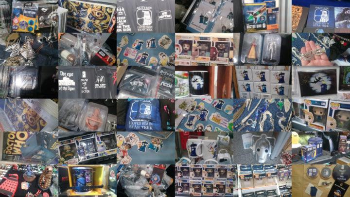 Zdjęcie przedstawia zbiór gadżetów związanych z Doctor Who, które udało mi się wypatrzeć na MFGiK. Są tam między innymi: kubki, breloczki, naklejki, figurki, plakaty, zawieszki, czy też przypinki.