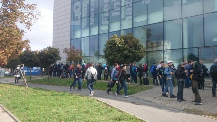 Zdjęcie przedstawia kolejkę osób znajdujących się przed wejściem na MFKiG, które odbyło się na Hali-Expo w Łodzi.