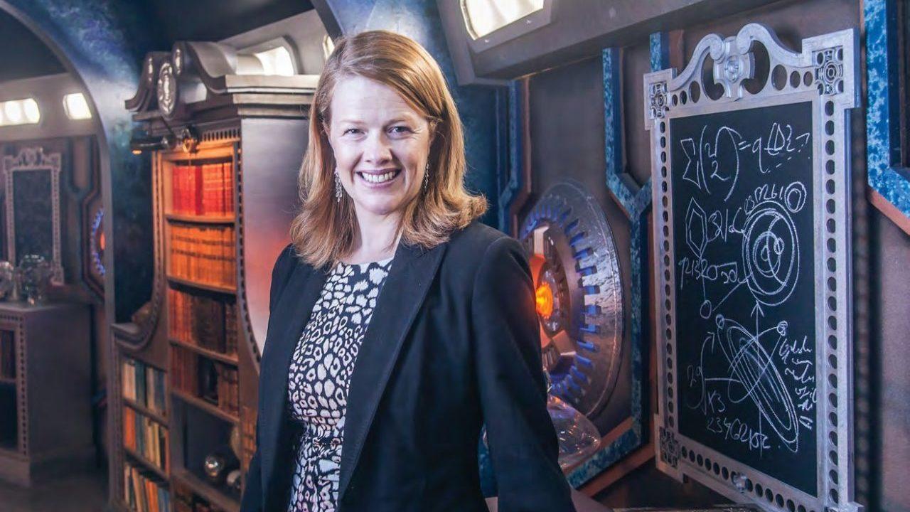 Nikki Wilson na pokładzie TARDIS Dwunastego Doktora.