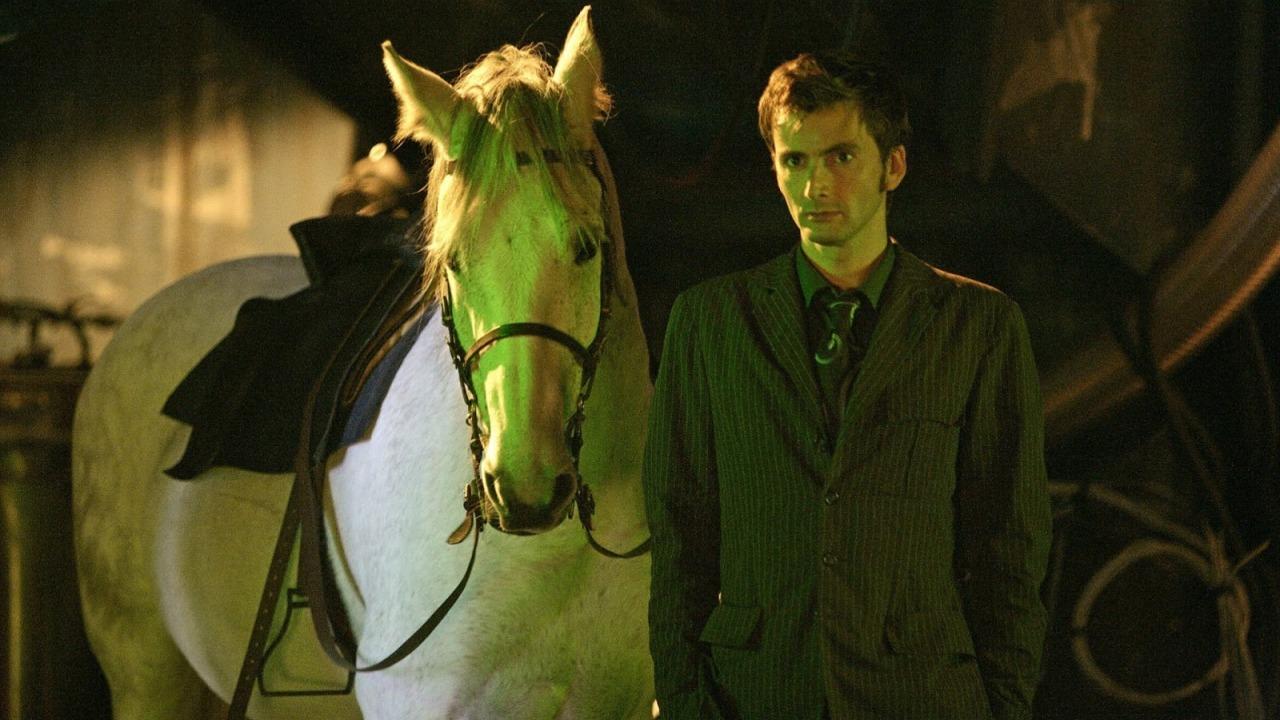 """Zwierzęta Whoniversum: koń Arthur i Dziesiąty Doktor - kadr z odcinka """"Dziewczyna w kominku"""" (""""The Girl in the Fireplace"""")"""