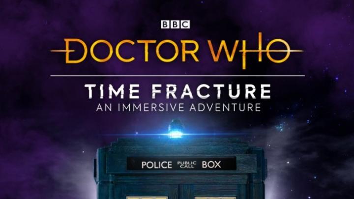 """Plakat promujący przygodę imersyjnego spektaklu """"Time Fracture""""."""